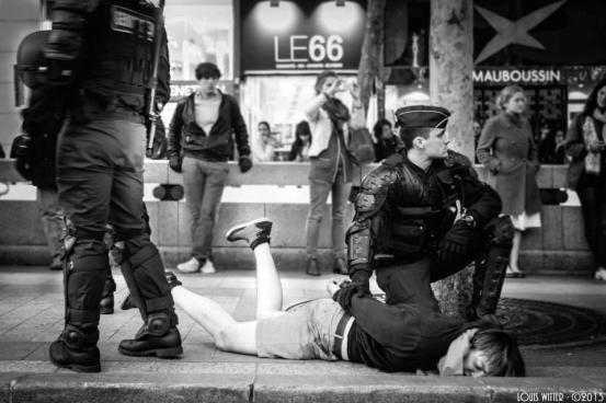 """Poliția în acțiune: un manifestant anti-căsătoria gay, ținut """"la respect"""" de jandarmi"""