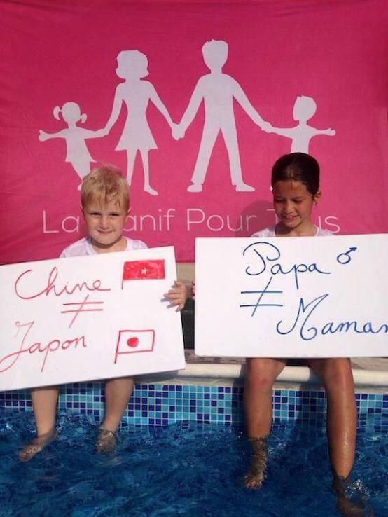 """""""Tata e diferit de mama, așa cum China e diferită de Japonia"""". Copii francezi cu mesaj de protest contra legislației absurde care interzice utilizarea cuvintelor mamă și tată în actele de stare civilă, ca urmare a legalizării căsătoriei între persoane de același sex și a adopției de copii pentru cuplurile de homosexuali"""